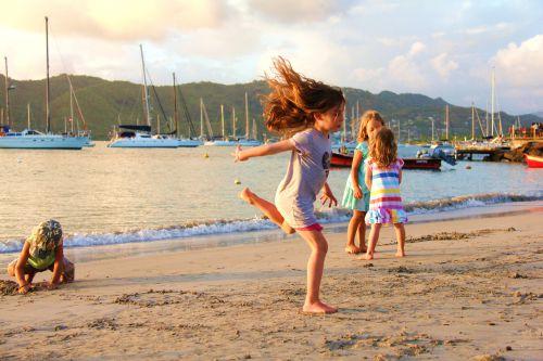 Stan, Ella, Marie-Anna et Coco s'amusent sur la plage (Sainte-Anne)