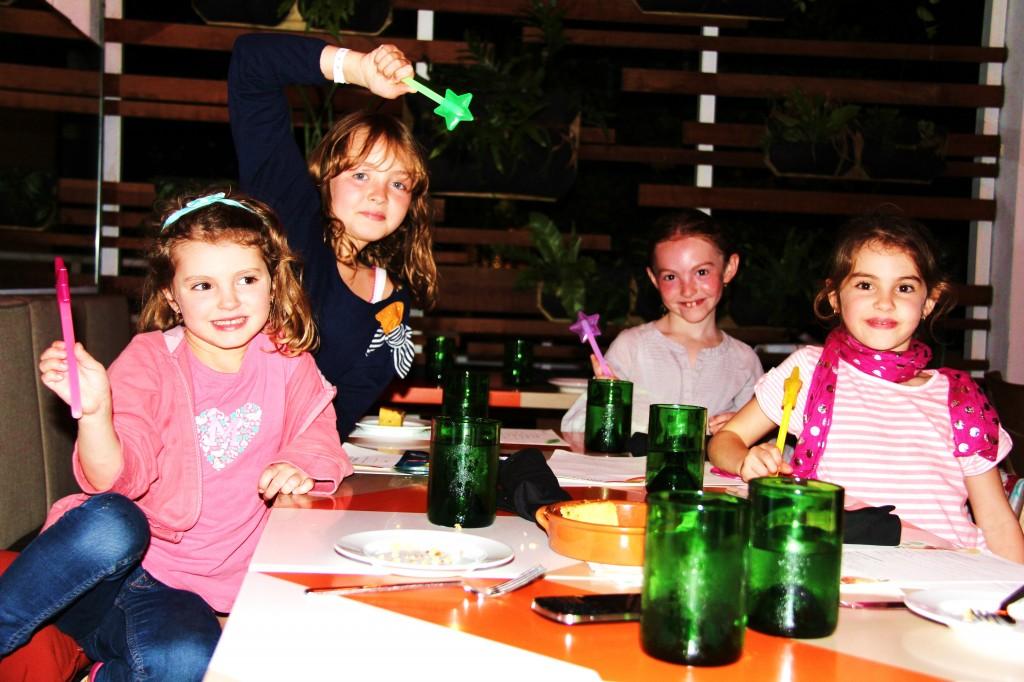 Sortir au restaurant le soir: oui ! à la condition d'amuser les enfants ! Ici, avec leurs baguettes lumineuses...