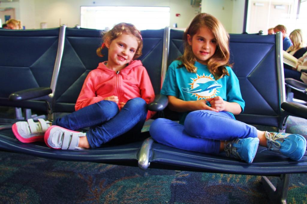 Mes mini Globe-trotteuses en attente à l'aéroport avec leurs chaussures Glagla