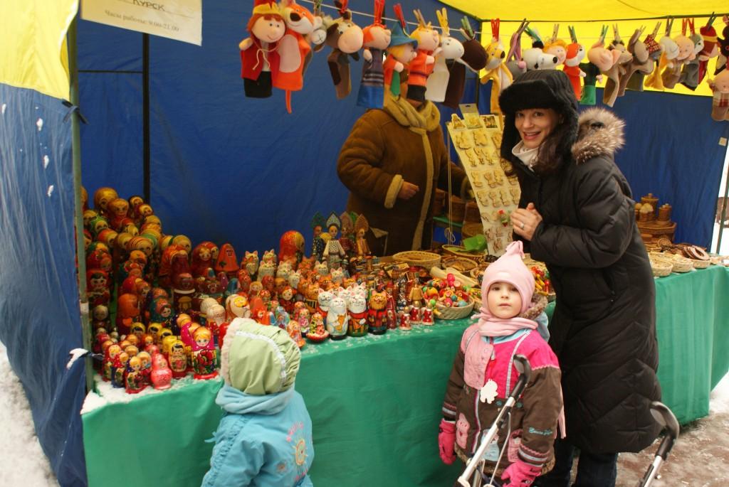 Ella ne lâche pas son idée de se procurer de belles matriochkas (poupées russes). Oui, elle réussira (sans mal) à nous convaincre de lui en acheter.