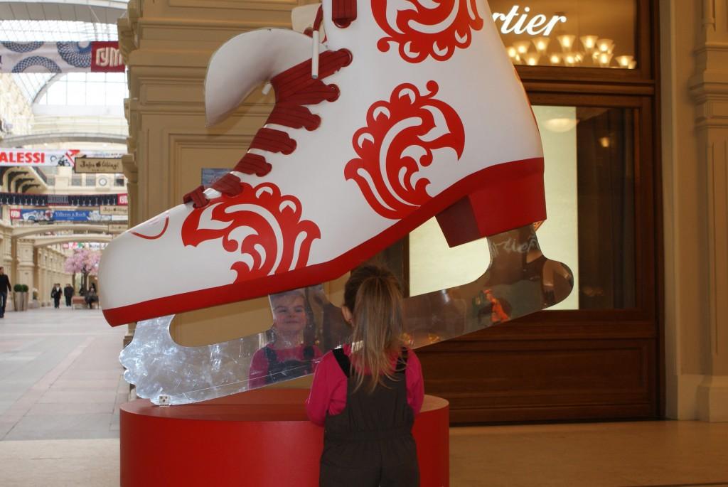 Ici, Ella se regarde dans la lame d'un patin représentant l'arrivée prochaine des Jeux Olympiques de Sotchi.