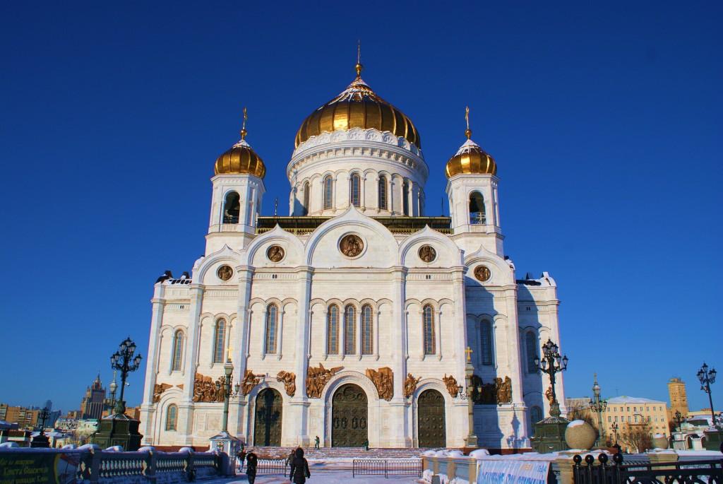 Sous un ciel bleu, cette église orthodoxe est majestueuse !