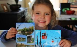 Coco fière de sa collection de cartes qu'elle présentera à l'école.
