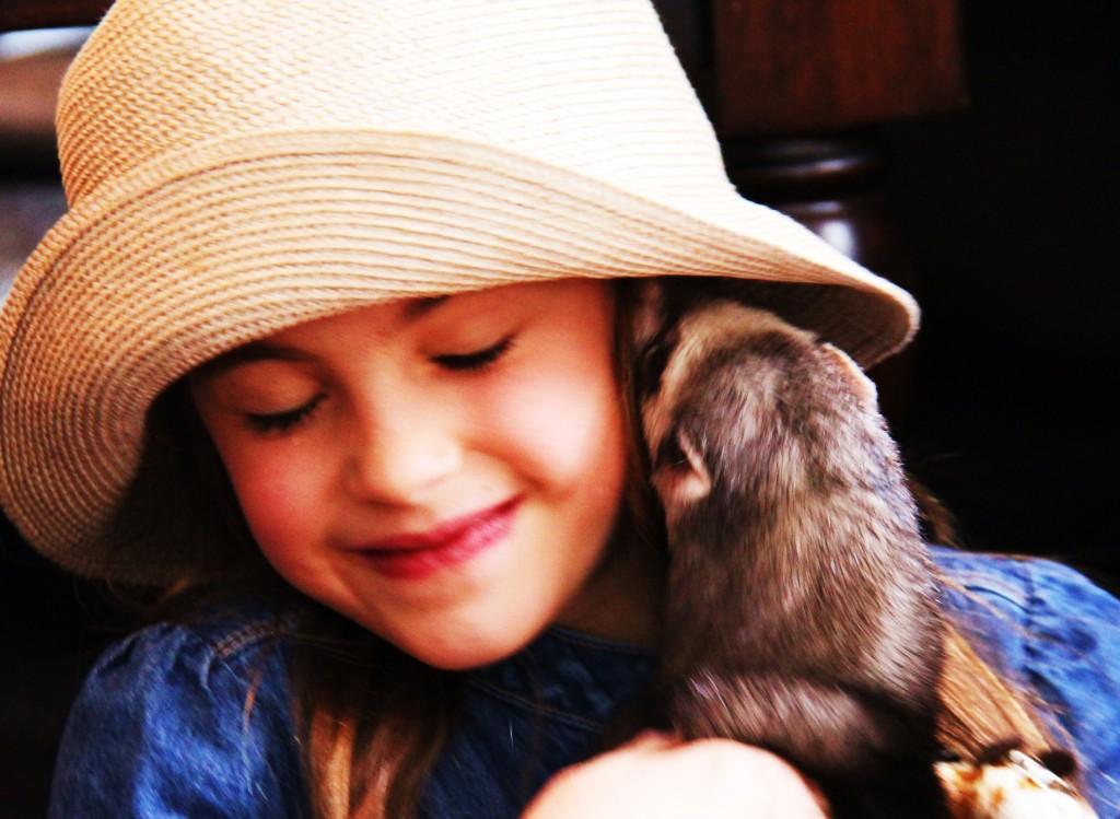 Melle Furet donne un bisou à Ella pour ses 7 ans !