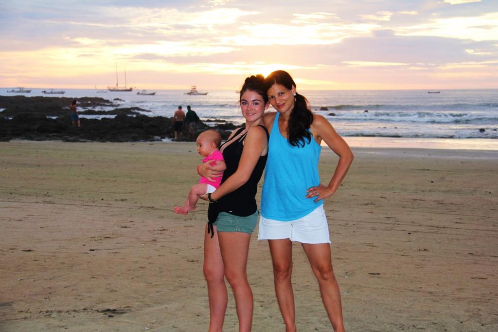 Sur la plage de Tamarindo avec ma filleule et mon bébé.