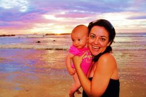 Nadia et bébé Laëtie sur la plage de Tamarindo au Costa Rica