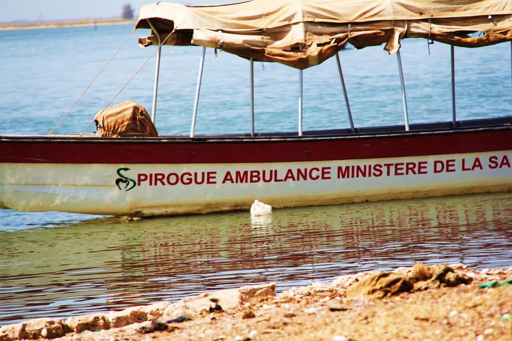 La pirogue ambulance essentielle aux insulaires de Dionewar.