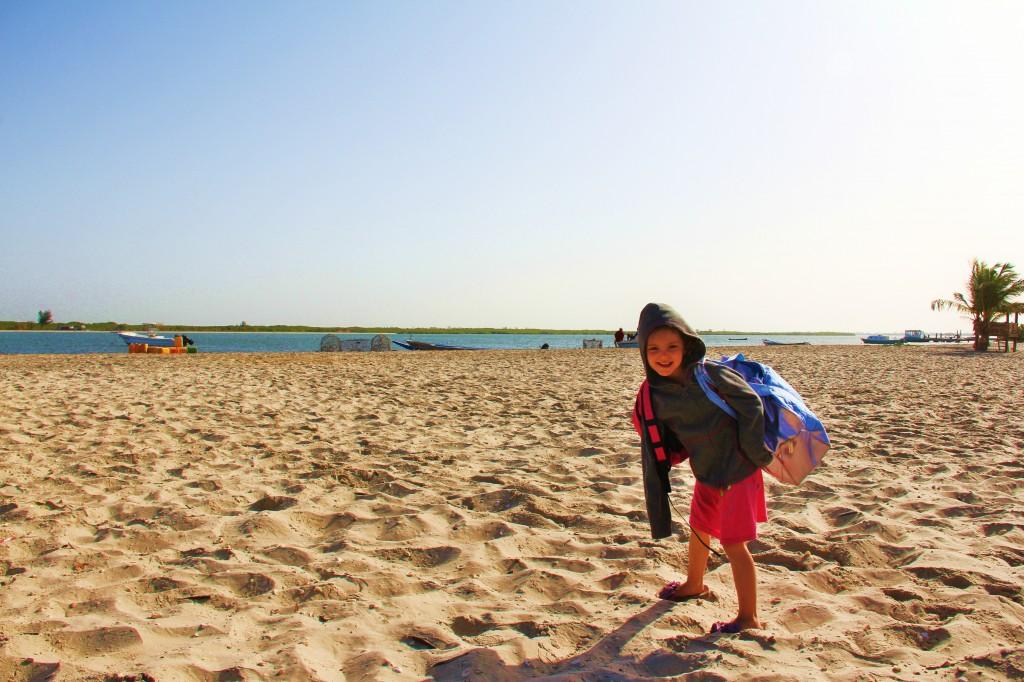 Coco Globe-trotteuse initie l'épopée du retour à la maison. Ici sur la plage de Dionewar dans le Delta de Nimominka.
