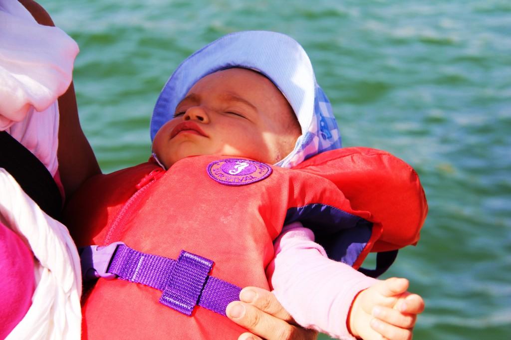 Confirmé ! Bébé dort n'importe où: ceci inclut une veste de flottaison dans une pirogue sur une mer houleuse !