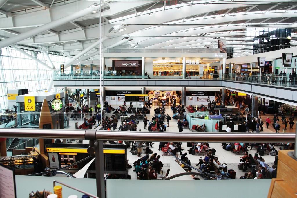 Heathrow (Londres) est un aéroport aux multi-services. On vous recommande le resto familial Giraffe: menus pour enfants, coloriage  et petits-déj servis 24 hres.
