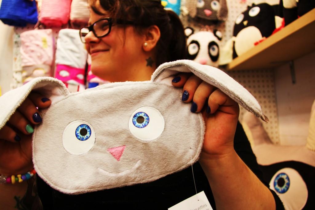 Stéphanie, créatrice des TrOnches a pffert une doudou étiquette à bébé Laëtitia: ce sera pratique en voyage.