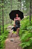 Virginie porte bébé Thibaud et s'assure avec une ombrelle qu'il n'attrape pas de coup de soleil.