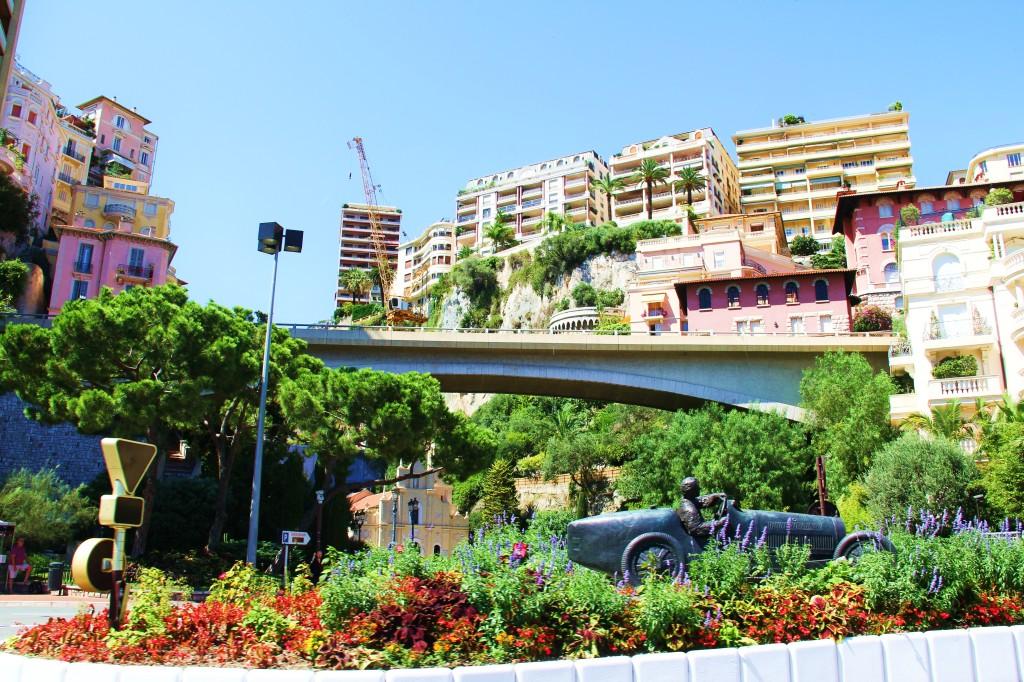 On sait qu'on arrive à Monaco: une oeuvre qui rappelle le Grand prix de Formule 1.