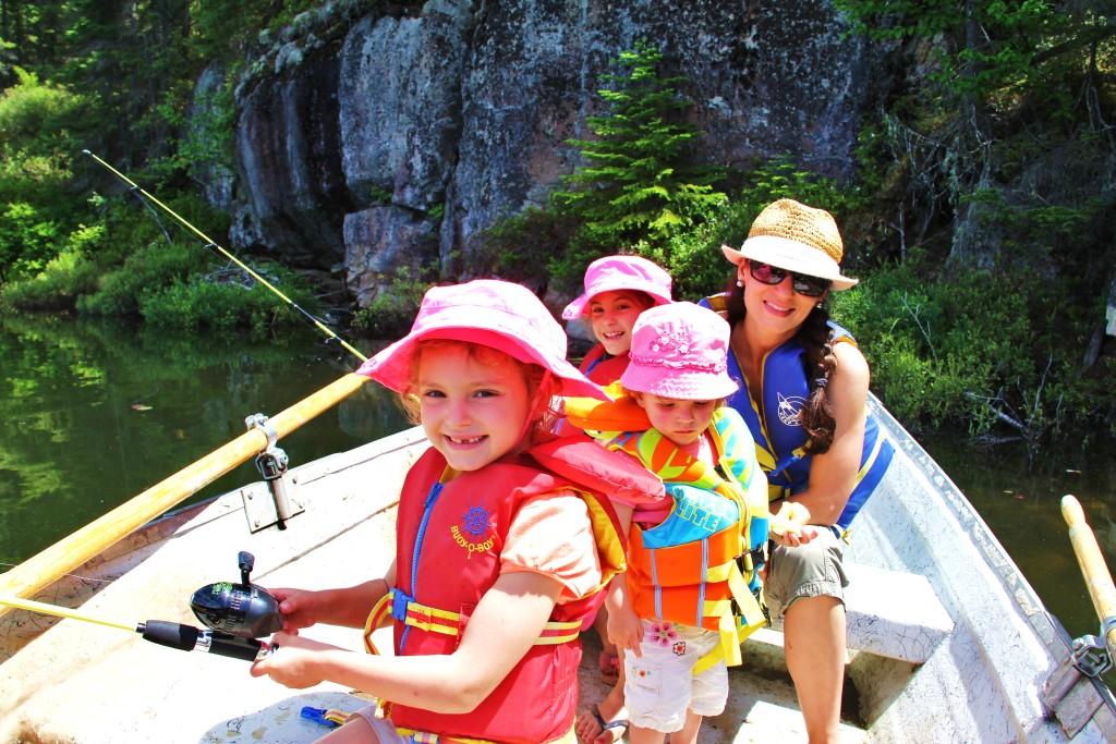 Vous ne rêver pas! Maman Globe-trotteuse pêche avec ses trois minis! Yeap.