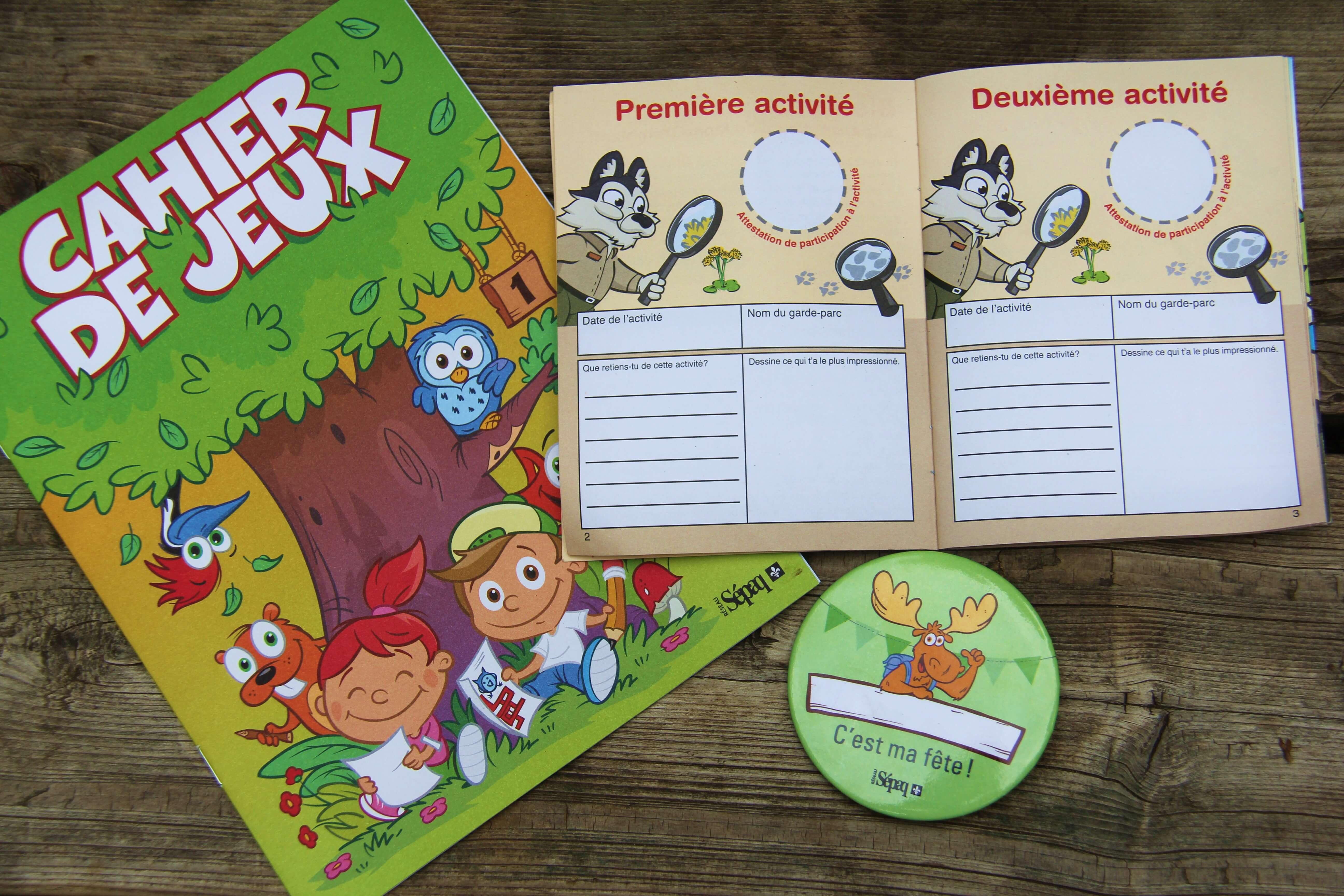 On aime: le cahier de ejux, le passeport et le macaron pour l'enfant dont c'est l'anniversaire!