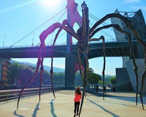 Ella qui court sous l'oeuvre Maman Araignée de l'Artiste Louise Bourgeois sur les rives de Bilbao